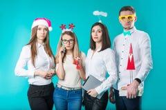 Un gruppo di persone il personale di 4 persone Partito triste del nuovo anno nell'ufficio La gente caucasica è giovane dispiaciut fotografia stock