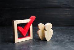 Un gruppo di persone il supporto vicino al segno di spunta nella scatola Concetto dell'indagine e delle statistiche Elezione o re fotografia stock libera da diritti