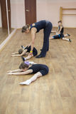Un gruppo di ragazze che lavorano sotto la guida di giovane insegnante Fotografie Stock