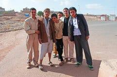 Un gruppo di ragazzi yemeniti all'entrata di Kawkaban, Yemen, vita quotidiana Fotografia Stock