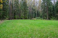Un gruppo di ripari sul territorio del campo complesso storico militare di Partizanen in Stankovo, Bielorussia Immagini Stock