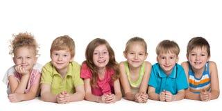 Un gruppo di sei bambini sorridenti Fotografia Stock