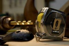 Un gruppo di strumenti di falegnameria con la misura di nastro a fuoco immagine stock