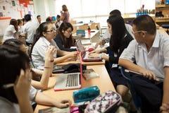 Un gruppo di studenti in un'aula che lavora insieme su un esercizio Fotografia Stock