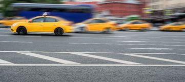 Un gruppo di taxi gialli vaghi nel moto in una via fotografia stock libera da diritti