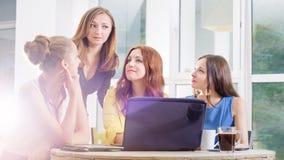 Un gruppo di togeather di lavoro della donna di affari graziosa quattro con il nuovo progetto startup facendo uso del computer po Fotografia Stock