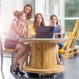 Un gruppo di togeather di lavoro della donna di affari graziosa quattro con il nuovo progetto startup facendo uso del computer po Immagine Stock Libera da Diritti