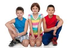 Un gruppo di tre bambini felici Fotografia Stock