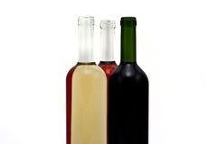 Un gruppo di tre bottiglie di vino. immagine stock libera da diritti