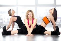 Un gruppo di tre femmine ha allenamento di ballo nella classe Fotografia Stock