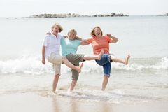 Un gruppo di tre senior matura le donne pensionate sul loro 60s divertendosi godendo insieme della camminata felice sul sorridere Immagine Stock