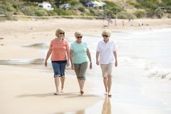 Un gruppo di tre senior matura le donne pensionate sul loro 60s divertendosi godendo insieme della camminata felice sul sorridere Immagine Stock Libera da Diritti