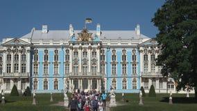 Un gruppo di turisti a Catherine Palace Tsarskoye Selo, St Petersburg video d archivio