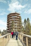 Un gruppo di turisti che camminano su un ponte di legno ad una grande spirale Immagine Stock Libera da Diritti