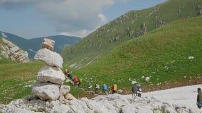 Un gruppo di turisti passa attraverso un passo di montagna video d archivio