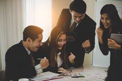 Un gruppo di uomini di affari e le donne deliziano, felice in un mee di affari Fotografie Stock
