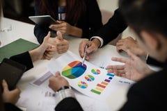 Un gruppo di uomini di affari e le donne stanno incontrando insieme per vedere il gr Fotografie Stock