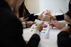 Un gruppo di uomini di affari e le donne stanno incontrando insieme per vedere il gr Fotografia Stock Libera da Diritti