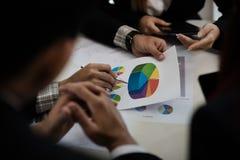 Un gruppo di uomini di affari e le donne stanno incontrando insieme per vedere il gr Fotografia Stock
