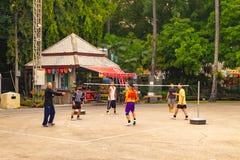 Un gruppo di uomini che giocano Sepak Takraw immagini stock libere da diritti