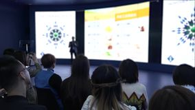 Un gruppo di uomini d'affari della nazionalità asiatica nel corridoio durante la conferenza HD archivi video