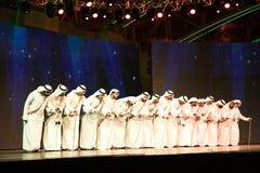 Un gruppo di uomini di Emirati che eseguono Ayala balla fotografia stock