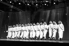 Un gruppo di uomini di Emirati che eseguono Ayala balla immagine stock