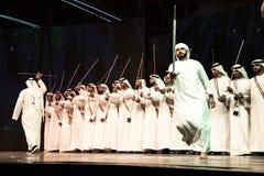 Un gruppo di uomini di Emirati che eseguono Ayala balla fotografia stock libera da diritti
