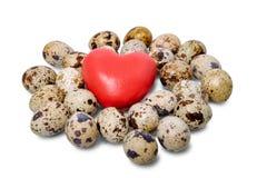 Un gruppo di uova e di cuore di quaglia Fotografia Stock