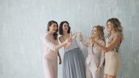 Un gruppo felice sexy di quattro belle donne di amici alle stelle filante affascinanti di illuminazione del partito divertendosi  video d archivio