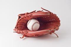 Un guante y una bola de béisbol en el fondo blanco. Fotos de archivo libres de regalías