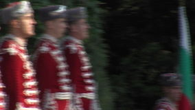 Un guardia de honor en la llama eterna en la capital búlgara almacen de metraje de vídeo