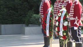 Un guardia de honor en la llama eterna en la capital de Bulgaria almacen de metraje de vídeo