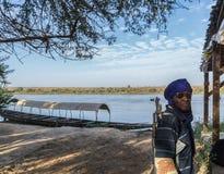 Un guardia de seguridad que patrulla en el río Níger, Niger, África occidental imagenes de archivo