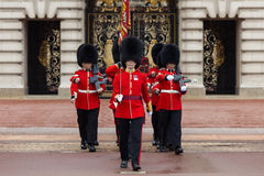 Un guardia real en el Buckingham Palace Fotos de archivo libres de regalías