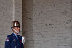 Un guardia taiwanés todavía se colocaba mientras que protegía el área o imagen de archivo libre de regalías