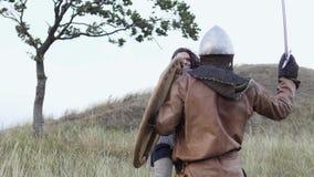 Un guerrero de Viking lanza una lanza durante un ataque almacen de metraje de vídeo
