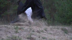 Un guerrero en los intentos blancos de un kimono para tajar apagado sus piernas opuestas del ` s, pero lo salta para arriba y el  almacen de metraje de vídeo