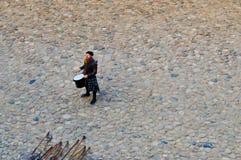 Un guerrero escocés, soldado, músico bate el tambor en el cuadrado de un castillo viejo medieval Nesvizh, Bielorrusia, el 12 de o fotografía de archivo
