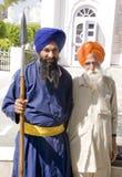 Un guerrero sikh con un hombre mayor Imagenes de archivo