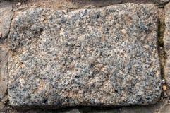 Un guijarro del granito con la arena en las grietas Fotos de archivo libres de regalías