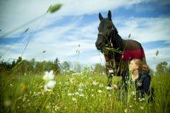 Un gurl et son cheval sur un champ Photographie stock libre de droits