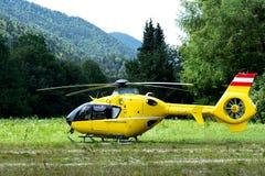 Un hélicoptère d'ambulance a débarqué dans un village montagneux dans le domaine photos stock