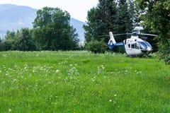 Un hélicoptère de police a débarqué dans un village montagneux dans le domaine photo libre de droits