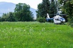 Un hélicoptère de police a débarqué dans un village montagneux dans le domaine image libre de droits