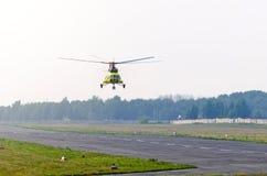 Un hélicoptère de transport décollent de la piste dans un petit aéroport Image stock
