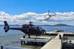 Un hélicoptère guidé décollant au lac Rotorua, Nouvelle-Zélande images stock