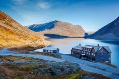 Un hôtel sur le lac Djupvatnet en Norvège Images stock