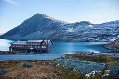 Un hôtel sur le lac Djupvatnet en Norvège Photographie stock libre de droits