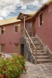 Un hôtel traditionnel de vintage dans Chivay, Arequipa Pérou avec des nuages Images libres de droits